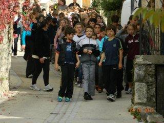 Les écoliers débarquent à pied