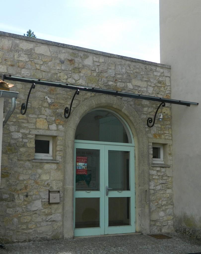 Marquise au dessus de la porte de la salle des fêtes